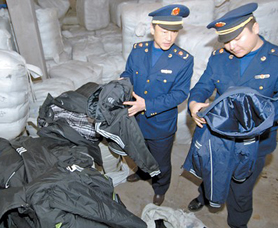 乌鲁木齐市天山区查获两千套假耐克阿迪达斯服装