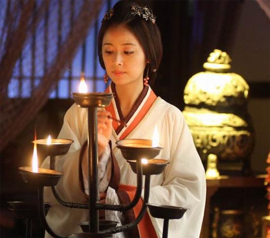 汉代的直裾男女均可穿着.这种服饰早在西汉时就已出现,但不能作为图片