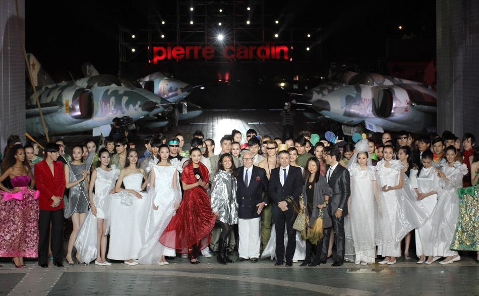 天津航母上演和平方舟皮尔卡丹2011时装秀-