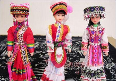 民族 姿态 里,展示着56对身穿中国各民族服装的-各民族娃娃服装图图片