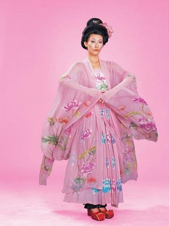 中国古代服饰大赏析     大袖衫是盛唐时候的女装,因为它的衣袖往往宽图片