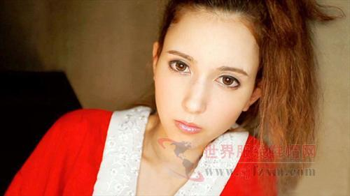 日本 泽萝拉/红色的镂空白领小开衫,眼神中带着让人怜惜的淡淡的忧伤。