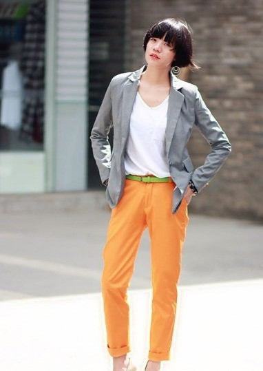 秋季女装橙色搭配什么颜色:橙色裤装搭配灰色西装