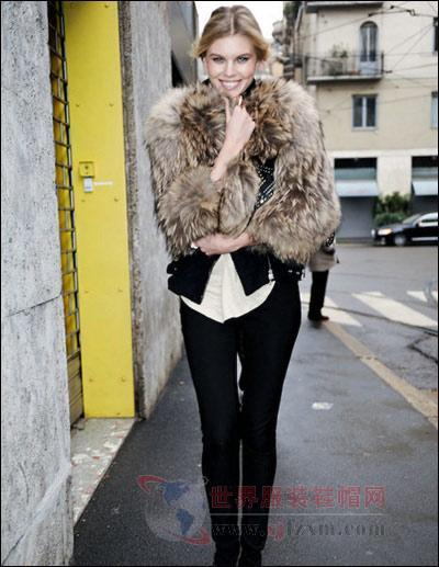 浅咖色的皮草外套,搭配黑色裤装-达人品牌皮草混搭引领潮流