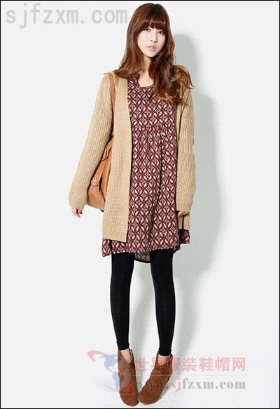 浅咖色针织长开衫搭配高腰连衣裙和黑色打底裤,短靴-毛衣巧搭配 穿