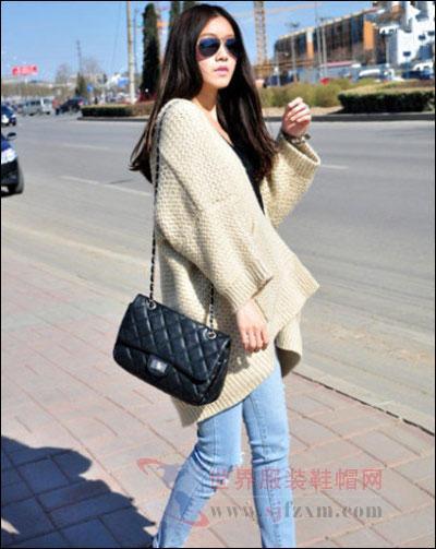 米色系毛衣外套,宽松长款版型