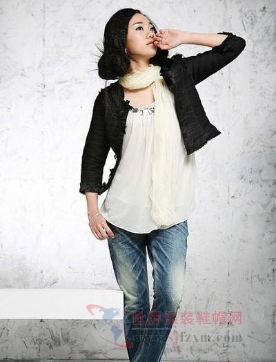 雪纺白色透明吊带上衣,外配黑色花边短外套高清图片