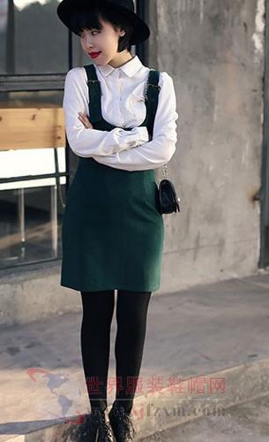 甜美可爱的背带裙巧妙搭配