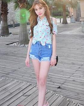 长腿美女会穿衣 夏日出街尽显黄金比例